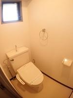 トイレ:シャワートイレ新規設置。窓もあり明るいです。