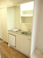 キッチン:キッチンは収納棚、IHコンロ、冷蔵庫付きです。