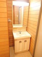 洗面室:明るい雰囲気の独立洗面台です。