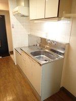 キッチン:右横には冷蔵庫を置くスペースがございます。