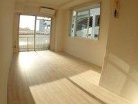 リビング:出窓があり、明るい洋室