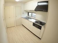 キッチン:3口ガスコンロ、グリル搭載のシステムキッチンです。