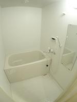 浴室:追焚機能付き浴槽です。窓もあり明るいです。