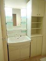 洗面室:収納スペース豊富な独立洗面化粧台です。