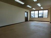 その他:2階事務所、窓多く明るい室内