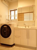 洗面室:大きな鏡付きの独立洗面化粧台