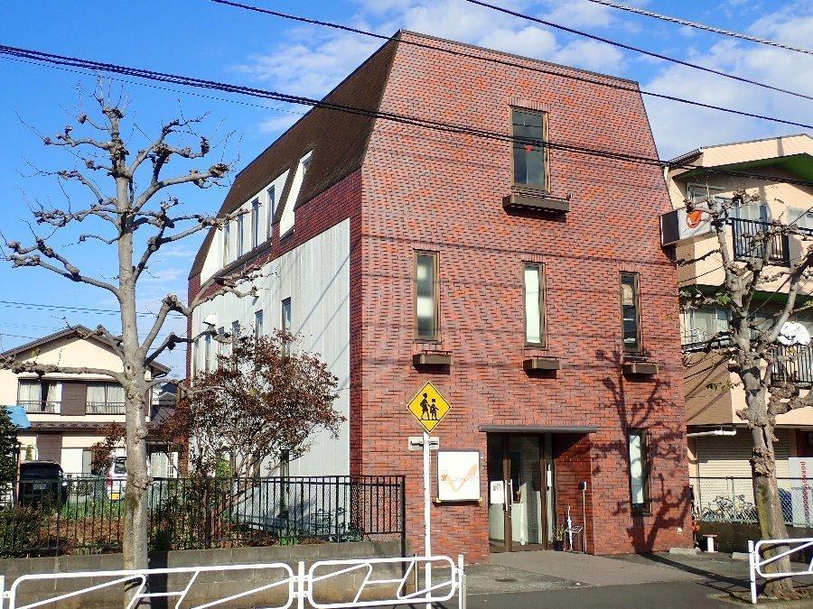 外観:建物面積594.8㎡、鉄骨造2階建。 1階297.02㎡、2階297.78㎡