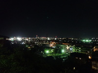眺望:前面道路より夜景。八王子花火大会、立川花火大会も見る事ができます。